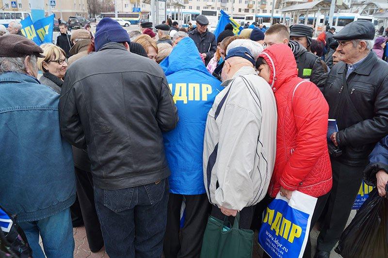 люди толпятся за сувенирами от ЛДПР
