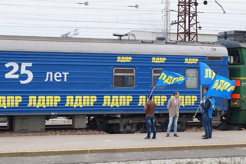 Поезд с сувенирами. Депутаты Госдумы в Белгороде: кому дать футболку, а у кого отнять пенсию (фото) - фото 1
