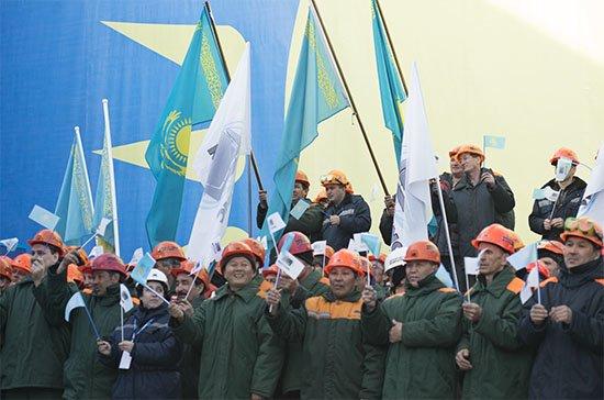 Работники Казцинка приветствуют Президента