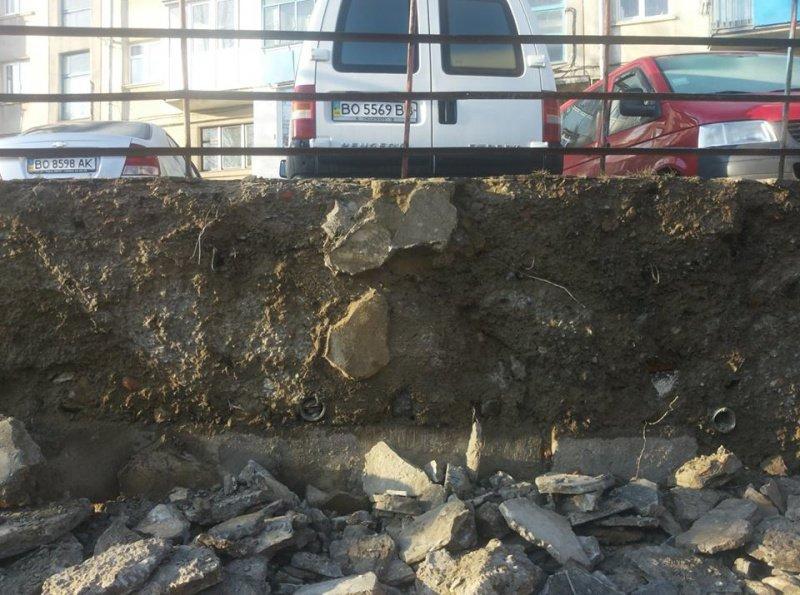 У Тернополі комунальники взялися за ремонт підпірної стіни на вул. А. Малишка (фото) (фото) - фото 1