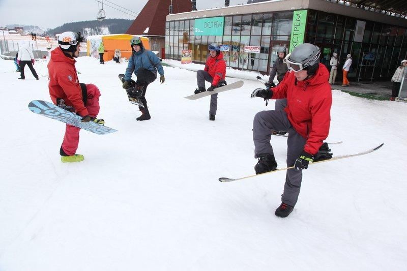 Учасники проекту реабілітації бійців АТО «Творча криївка» вчились кататись на сноубордах (ФОТО) (фото) - фото 1