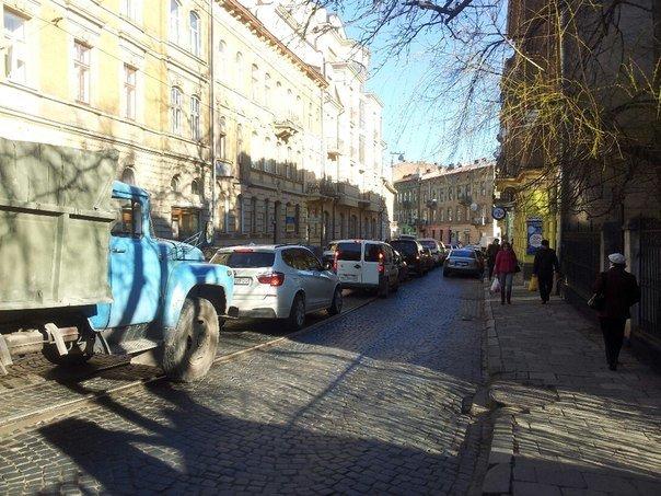 Ситуація на дорогах Львова: через ремонт дороги, в районі Стрийського ринку паралізовано рух транспорту (ФОТОРЕПОРТАЖ) (фото) - фото 4