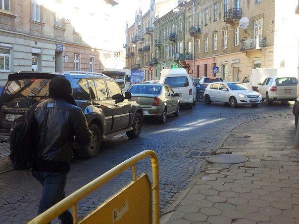 Ситуація на дорогах Львова: через ремонт дороги, в районі Стрийського ринку паралізовано рух транспорту (ФОТОРЕПОРТАЖ) (фото) - фото 7