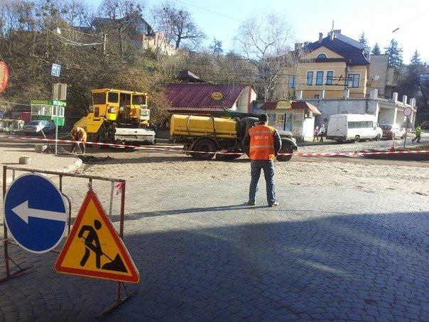 Ситуація на дорогах Львова: через ремонт дороги, в районі Стрийського ринку паралізовано рух транспорту (ФОТОРЕПОРТАЖ) (фото) - фото 2