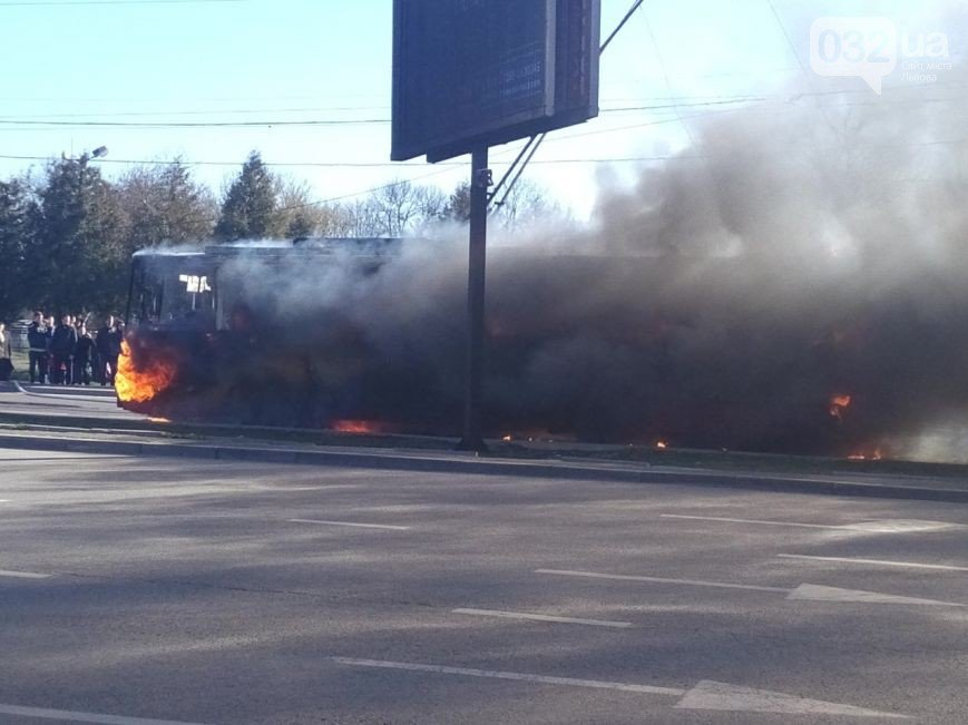Нові подробиці: через пожежу у тролейбусі, працівники ДАІ перекрили дорогу (ФОТО) (фото) - фото 11