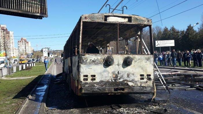 Офіційно: під час пожежі у тролейбусі ніхто не постраждав (ВІДЕО, ФОТО), фото-2