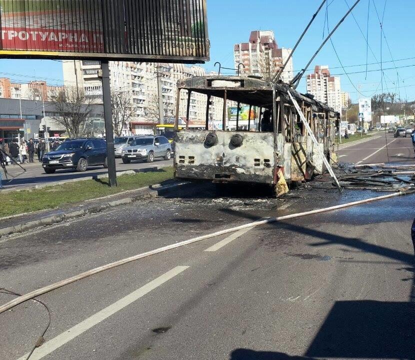 Офіційно: під час пожежі у тролейбусі ніхто не постраждав (ВІДЕО, ФОТО), фото-3
