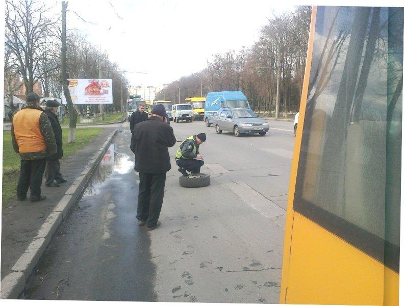 У Полтаві маршрутка втратила два колеса (ФОТО) (фото) - фото 4