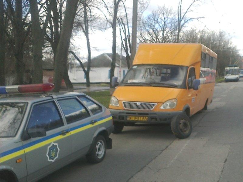 У Полтаві маршрутка втратила два колеса (ФОТО) (фото) - фото 1