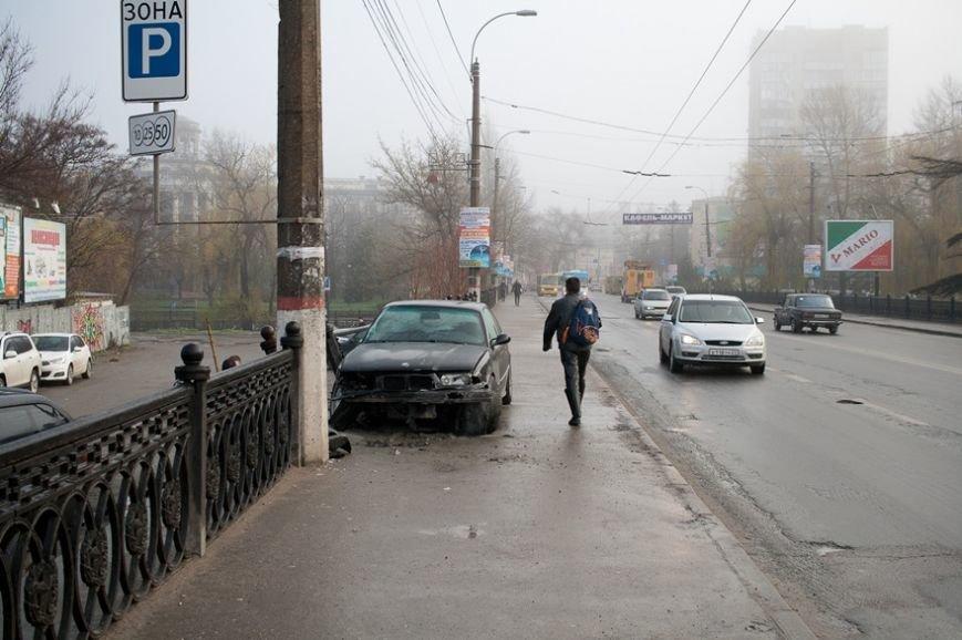 В центре Симферополя ВМW протаранил ограждение моста через реку Салгир (ФОТОФАКТ) (фото) - фото 1