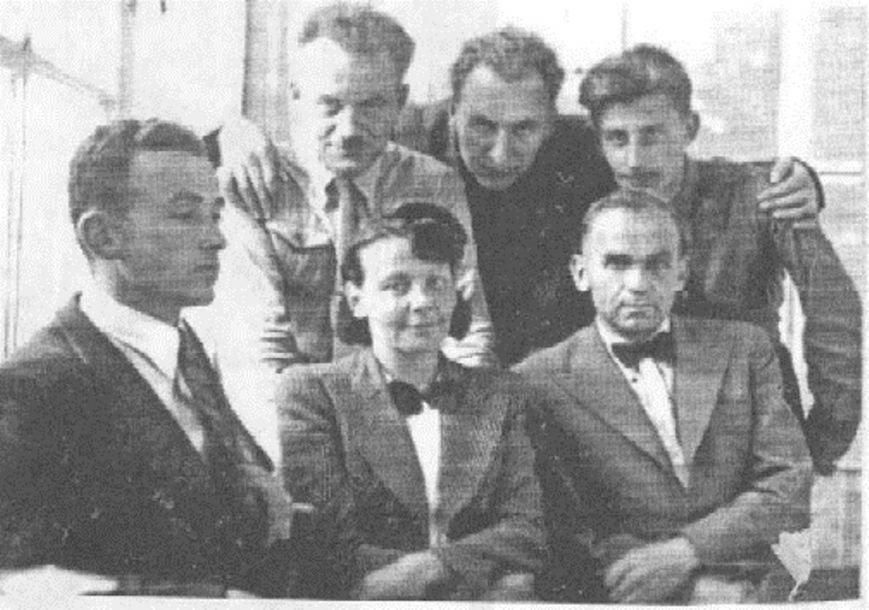 Олена Теліга (посередині) (фото – korolenko.kharkov.com)