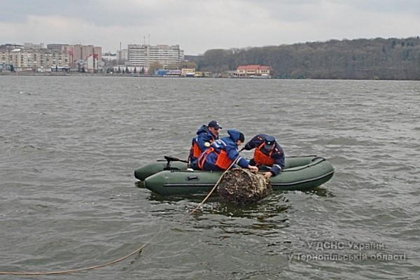 З Тернопільського ставу рятувальники виловили невідомі бочки (фото) (фото) - фото 1