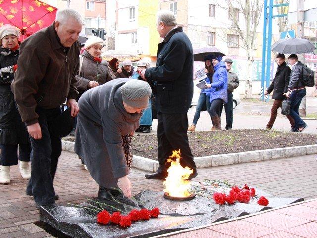 Макеевчане почтили память узников фашистских лагерей (фото) - фото 4