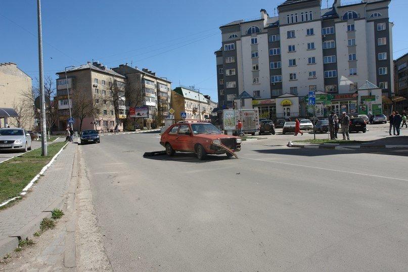 Внаслідок ДТП у центрі міста, автомобіль «загубив» бампер (ФОТО) (фото) - фото 3