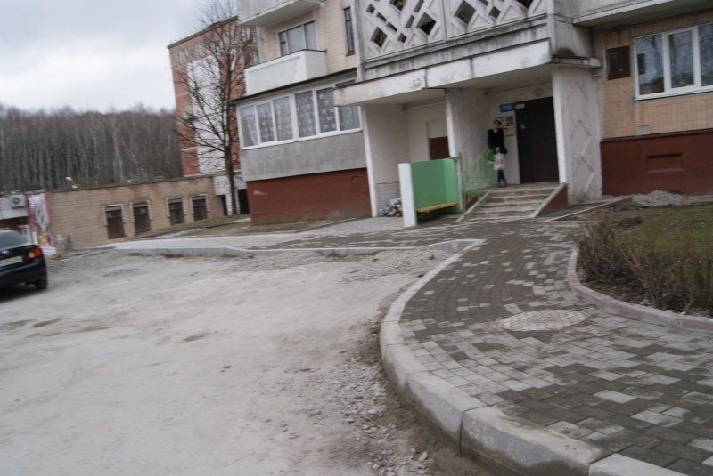 У Тернополі на вул. Чубинського комунальники почали облаштовувати екопарковку (фото) (фото) - фото 1