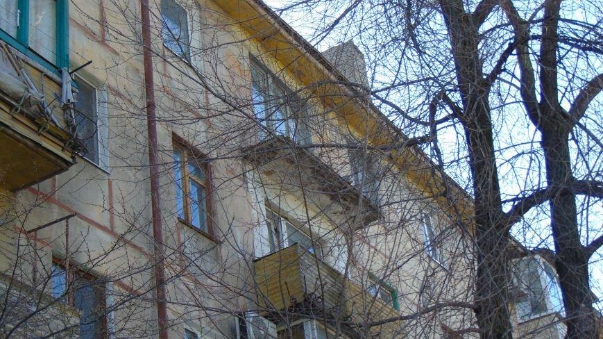 В Мариуполе с верхнего балкона пятиэтажки сдуло ограждение (ФОТОФАКТ) (фото) - фото 1