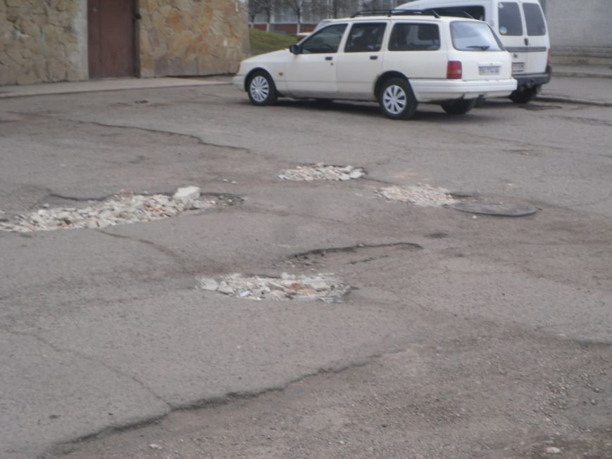 У Тернополі люди самотужки ремонтують дороги в дворах (фото) (фото) - фото 1