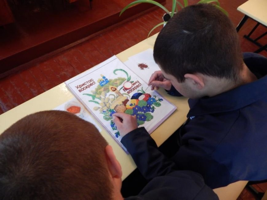 Ребята из Кременчугской воспитательной колонии делают писанки для выставки в Киево-Печерской Лавре (ФОТО) (фото) - фото 1
