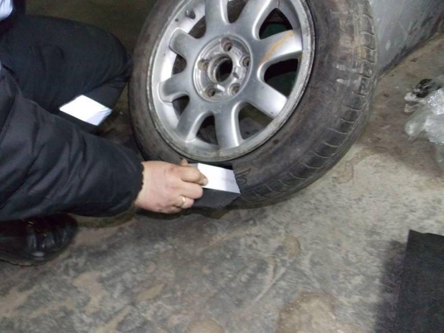 Львівські митники затримали підприємливого українця, який у запасному колесі намагався провезти дев'ять «айфонів» (ФОТО), фото-1