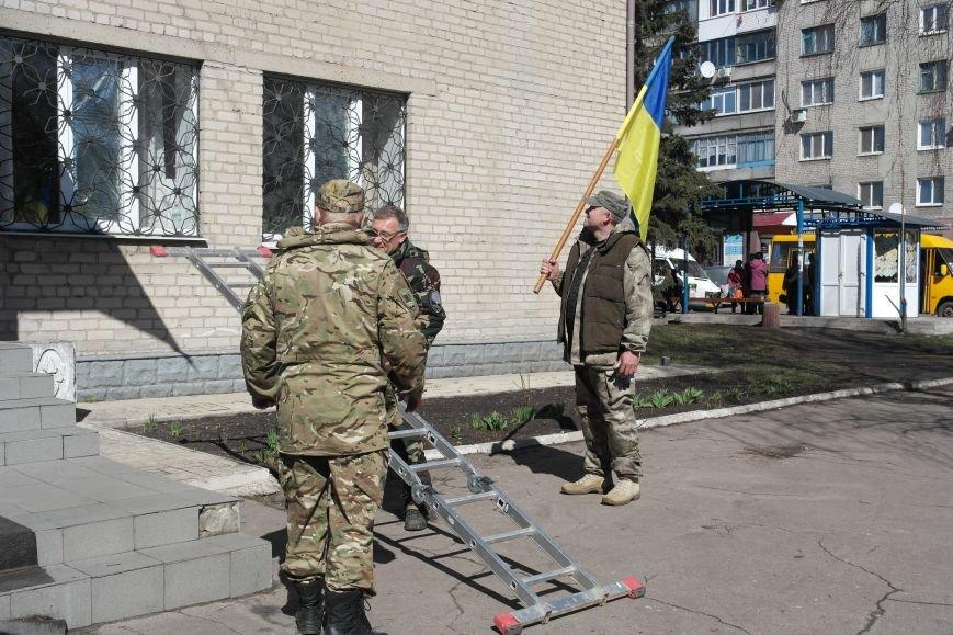 В Красноармейске активисты установили флаг на здание горрайонного суда (ФОТО, ВИДЕО) (фото) - фото 7