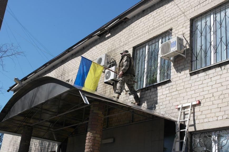 В Красноармейске активисты установили флаг на здание горрайонного суда (ФОТО, ВИДЕО) (фото) - фото 11