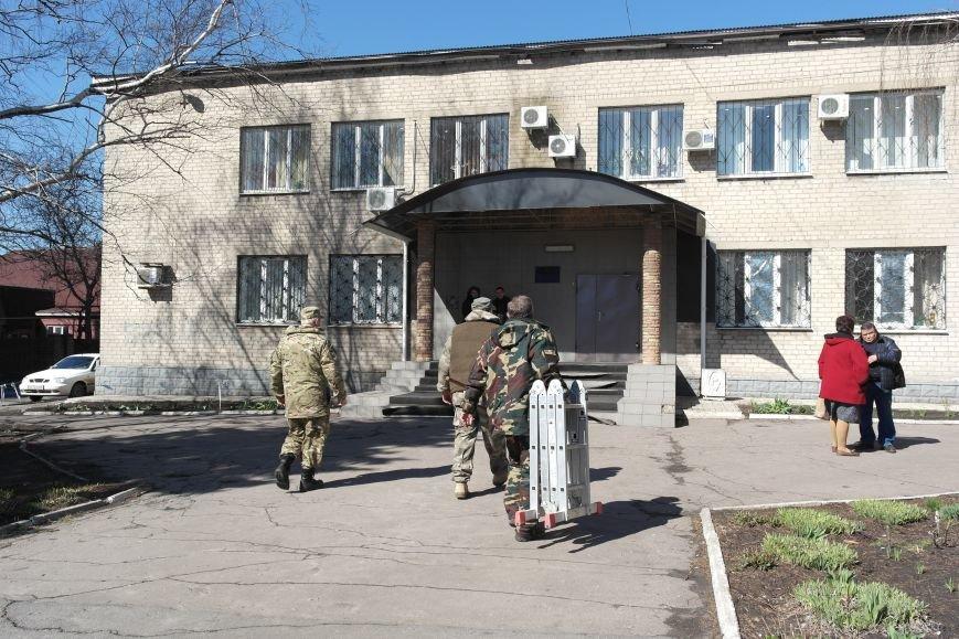 В Красноармейске активисты установили флаг на здание горрайонного суда (ФОТО, ВИДЕО) (фото) - фото 2