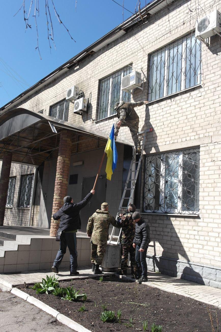 В Красноармейске активисты установили флаг на здание горрайонного суда (ФОТО, ВИДЕО) (фото) - фото 10