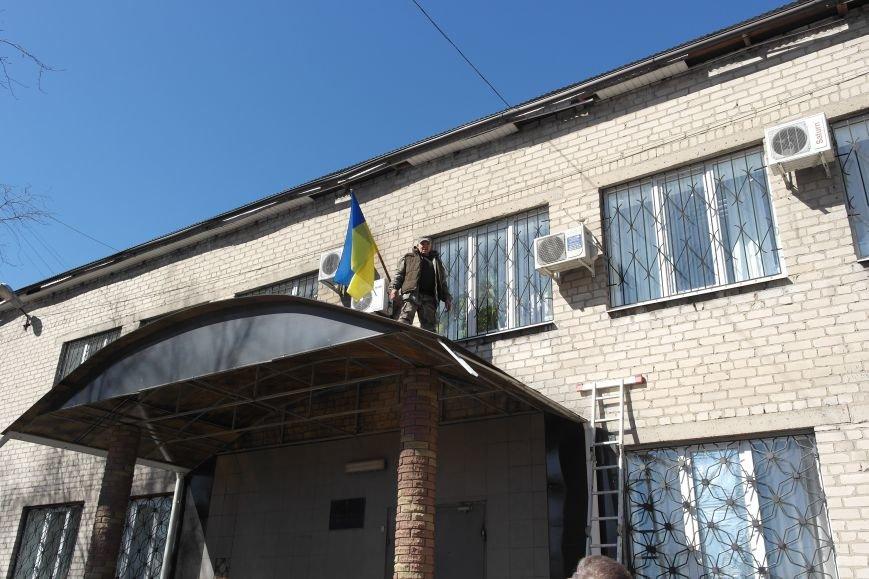 В Красноармейске активисты установили флаг на здание горрайонного суда (ФОТО, ВИДЕО) (фото) - фото 13