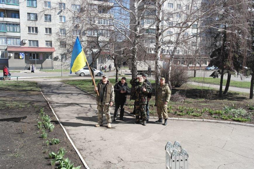 В Красноармейске активисты установили флаг на здание горрайонного суда (ФОТО, ВИДЕО) (фото) - фото 6