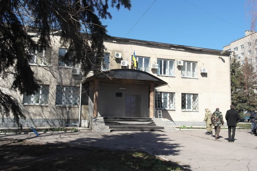 В Красноармейске активисты установили флаг на здание горрайонного суда (ФОТО, ВИДЕО) (фото) - фото 12