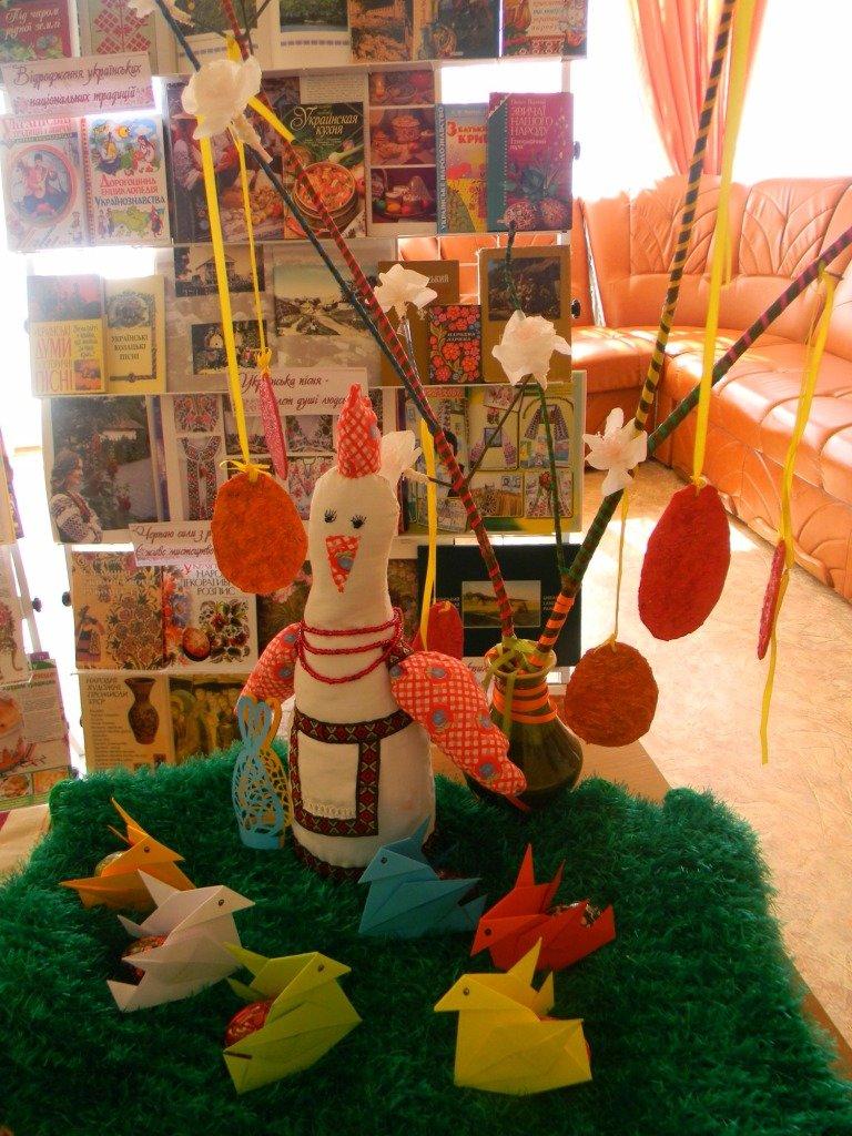 В Херсоне открылась книжная выставка «Благословення сходить із небес: Великдень» (фото) (фото) - фото 1