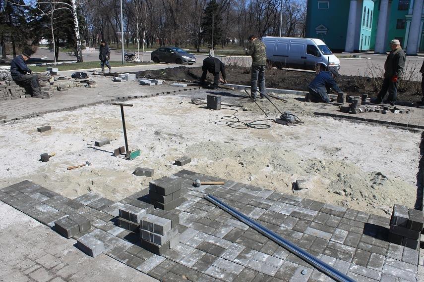 На главной площади города начали восстанавливать плиточное покрытие, фото-5