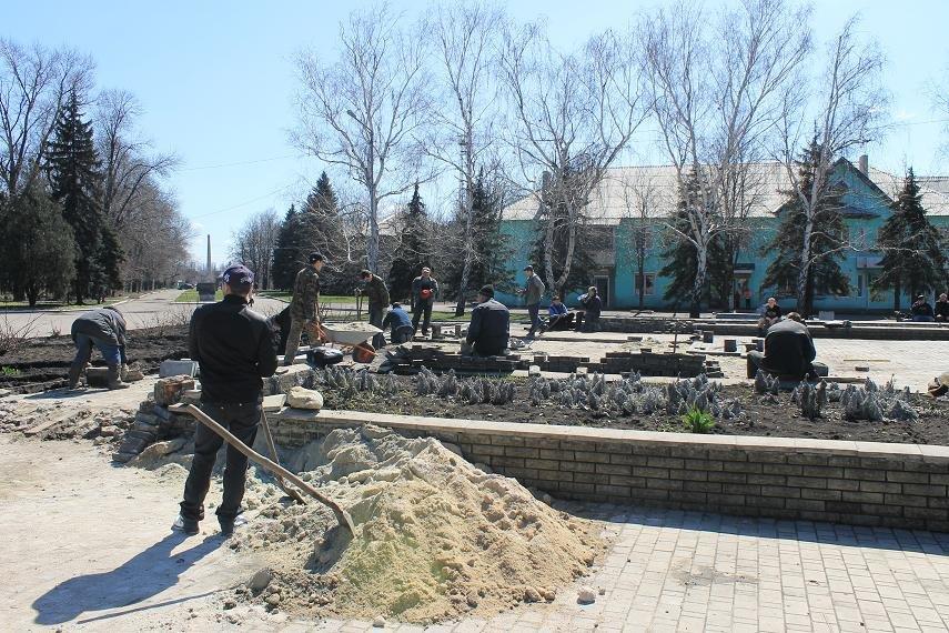 На главной площади города начали восстанавливать плиточное покрытие, фото-3