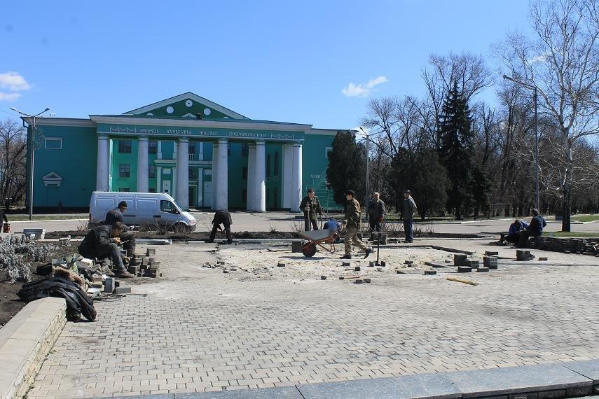 На главной площади города начали восстанавливать плиточное покрытие, фото-4