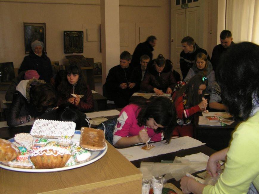 В Артемовском краеведческом музее для детей и взрослых устроили мастер-класс по пасхальной росписи, фото-5