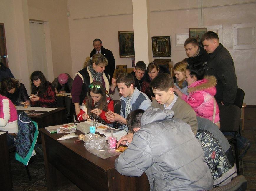 В Артемовском краеведческом музее для детей и взрослых устроили мастер-класс по пасхальной росписи, фото-2