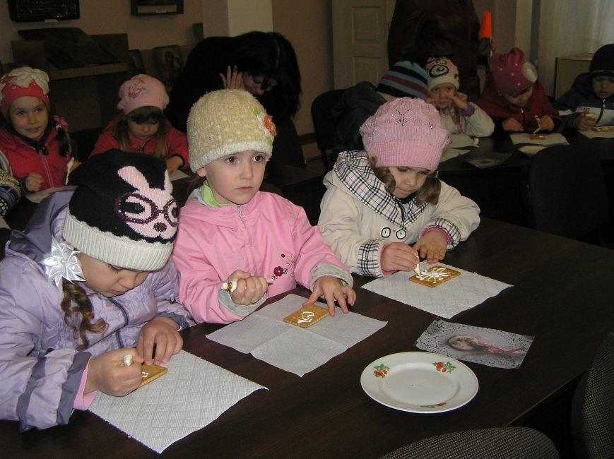 В Артемовском краеведческом музее для детей и взрослых устроили мастер-класс по пасхальной росписи, фото-3