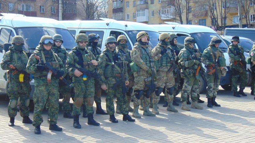 В Мариуполе площадь Комсамола была оцеплена вооруженными милиционерами (ФОТО) (фото) - фото 2