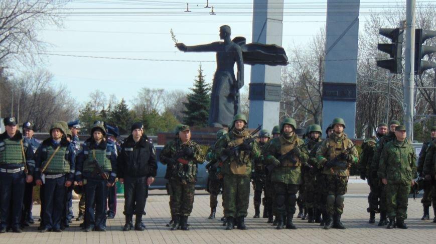В Мариуполе площадь Комсамола была оцеплена вооруженными милиционерами (ФОТО) (фото) - фото 3