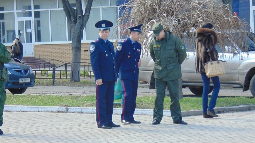 В Мариуполе площадь Комсамола была оцеплена вооруженными милиционерами (ФОТО) (фото) - фото 1