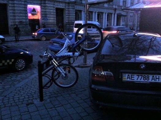 У Львові велосипедист креативно відстоює свої права на паркування (ФОТОФАКТ), фото-1