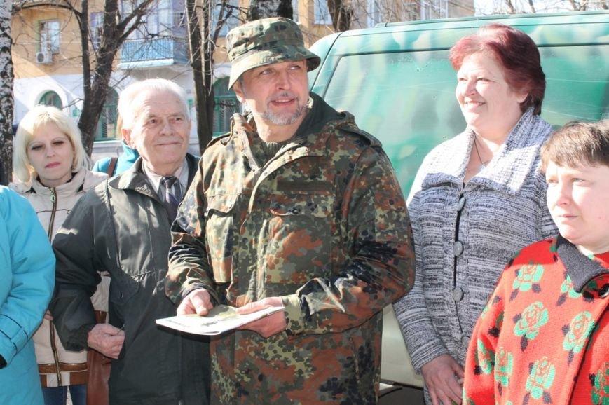 В Артемовске военные порадовали переселенцев куличами и продуктами к пасхальному столу, фото-1