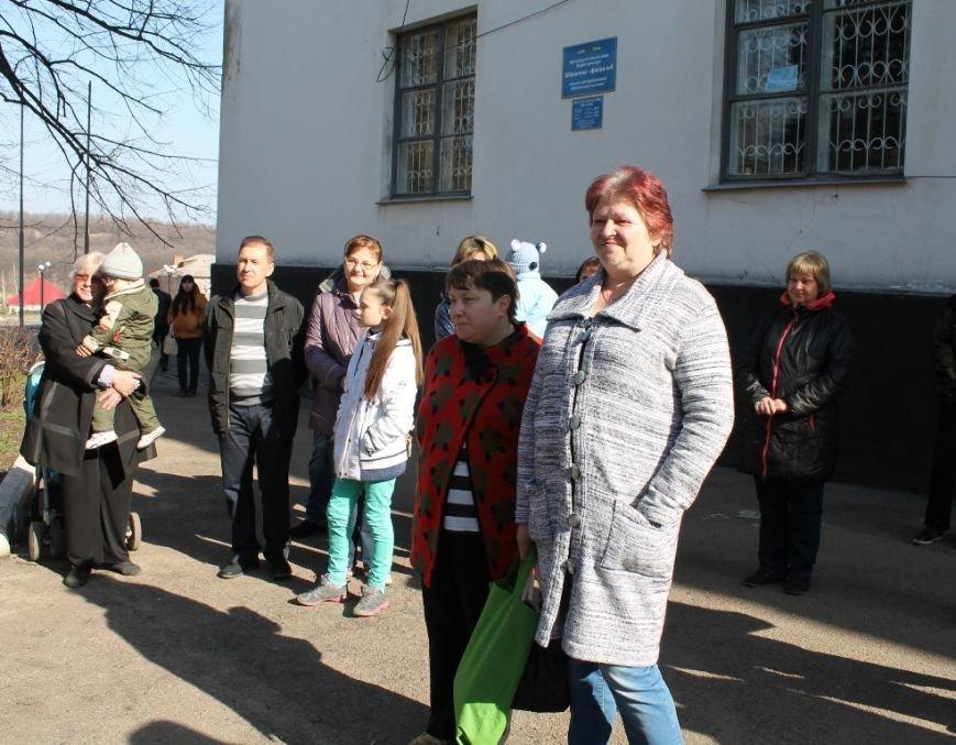 В Артемовске военные порадовали переселенцев куличами и продуктами к пасхальному столу, фото-4
