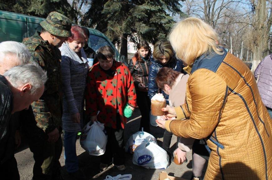 В Артемовске военные порадовали переселенцев куличами и продуктами к пасхальному столу, фото-3
