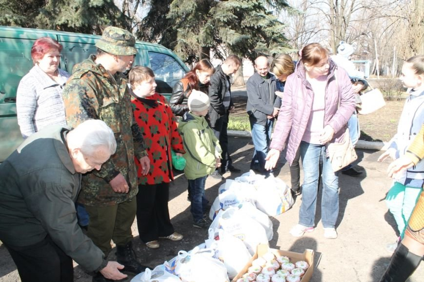 В Артемовске военные порадовали переселенцев куличами и продуктами к пасхальному столу, фото-2
