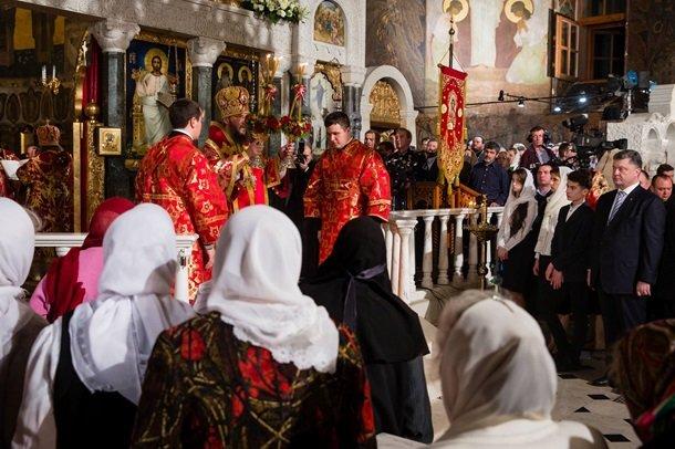 У Великодню ніч Порошенко разом із родиною молився з вірянами різних церков (ФОТОРЕПОРТАЖ) (фото) - фото 6