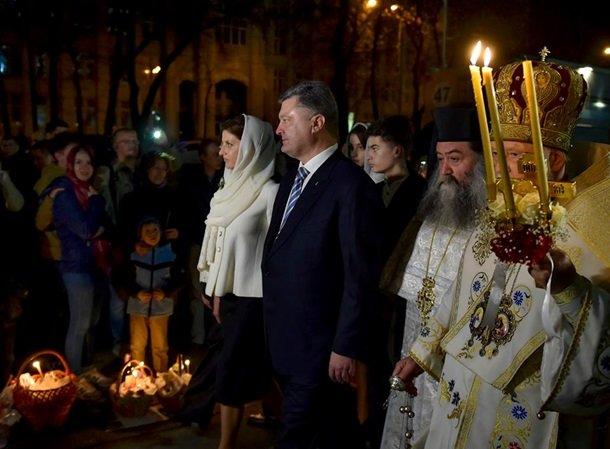 У Великодню ніч Порошенко разом із родиною молився з вірянами різних церков (ФОТОРЕПОРТАЖ) (фото) - фото 10