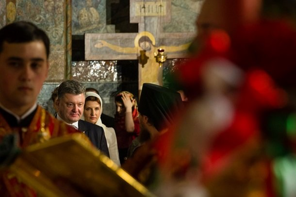 У Великодню ніч Порошенко разом із родиною молився з вірянами різних церков (ФОТОРЕПОРТАЖ) (фото) - фото 1
