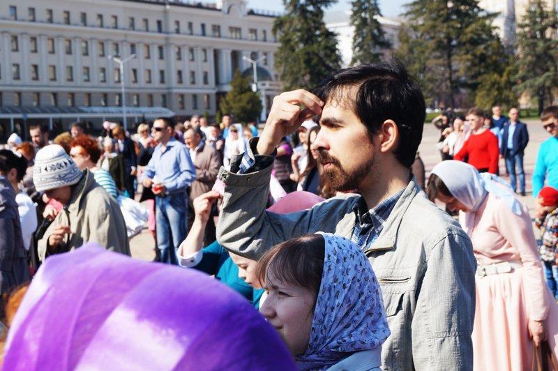 Белгородцы на Пасху встретили Благодатный огонь и прошли крестным ходом до Соборной площади (фото) - фото 8