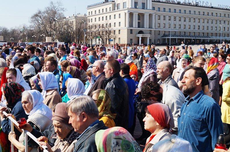 Белгородцы на Пасху встретили Благодатный огонь и прошли крестным ходом до Соборной площади (фото) - фото 9